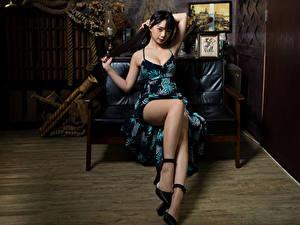 Hintergrundbilder Asiatisches Brünette Sofa Sitzend Kleid Bein Mädchens