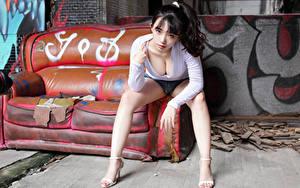 Fotos Asiatisches Brünette Sofa Sitzt Bein Shorts Bluse Dekolletee Blick junge Frauen