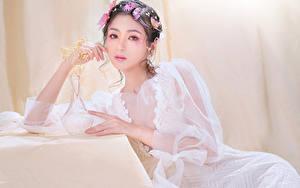 Fotos Asiatische Schmetterlinge Kleid Sitzt Starren Schminke junge frau