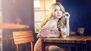 Hintergrundbilder Asiatische Café Sitzen Blondine Bokeh Blick Hand Mädchens