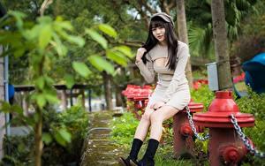 Hintergrundbilder Asiatische Kette Brünette Baseballcap Sitzend Kleid Hand Dekolletee Bein Stiefel junge frau