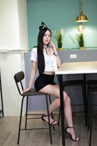 Hintergrundbilder Asiatische Stuhl Sitzend Bein Uniform Brünette Blick junge Frauen