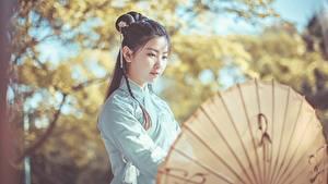 Hintergrundbilder Asiaten Unscharfer Hintergrund Brünette Regenschirm Chinese junge frau
