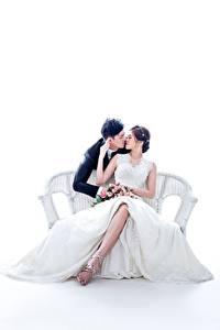 Fotos Asiatisches Paare in der Liebe Mann Weißer hintergrund Bank (Möbel) 2 Sitzt Trauung Kleid Küssen Bräute Bräutigam junge frau