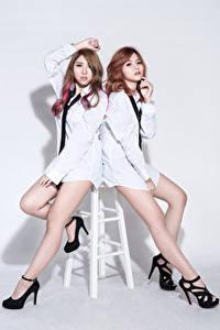 Hintergrundbilder Asiatische Zwei Posiert Bein High Heels Bluse Krawatte Blick D' Soul Mädchens Musik