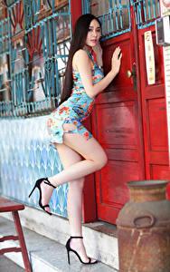 Fotos Asiatische Türen Posiert Kleid Bein Hübsche junge Frauen