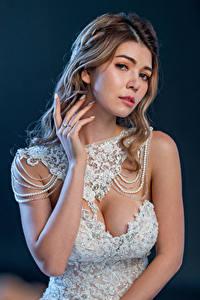 Fotos Asiatische Kleid Bräute Hand Blick junge frau