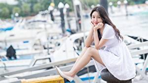 Desktop hintergrundbilder Asiatisches Kleid Braune Haare Hand Sitzend Bein Bokeh Mädchens