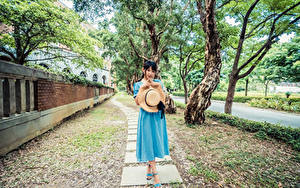 Bilder Asiaten Kleid Der Hut Starren junge frau