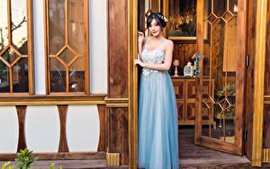 Bilder Asiatisches Kleid Posiert Blick Tür junge frau