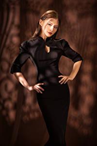 Hintergrundbilder Asiatisches Kleid Posiert Blick Hand Braune Haare Mädchens