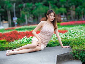 Hintergrundbilder Asiatisches Kleid Sitzt Unscharfer Hintergrund junge frau