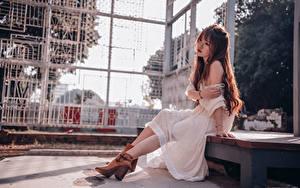 Fotos Asiatische Kleid Sitzen Braune Haare junge frau