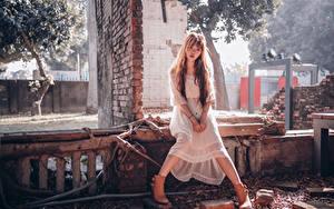 Bilder Asiatische Kleid Sitzt Hand Blick junge Frauen