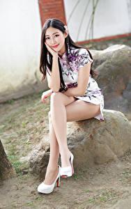 Hintergrundbilder Asiatische Kleid Sitzend Bein Lächeln Starren Schön junge frau