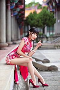 Hintergrundbilder Asiaten Kleid Sitzend Bein High Heels Starren Hübscher Mädchens