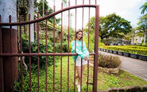 Bilder Asiatische Zaun Posiert junge Frauen