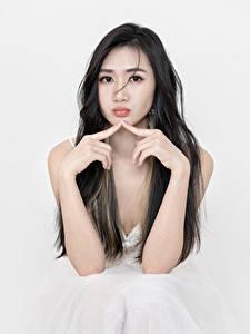 Bilder Asiatische Finger Brünette Sitzend Hand Blick Mädchens