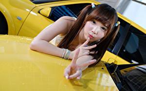 Hintergrundbilder Asiatische Finger Gestik Blick Braunhaarige Mädchens
