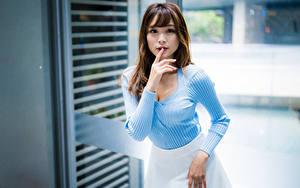 Hintergrundbilder Asiatisches Finger Posiert Starren Mädchens