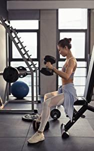 Bilder Asiatisches Fitness Sitzend Körperliche Aktivität Hantel Mädchens