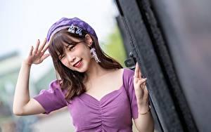 Fotos Asiaten Gestik Bokeh Braunhaarige Blick Lächeln Hand Barett Mädchens