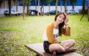 Bilder Asiaten Gestik Sitzt Bein Lächeln junge frau