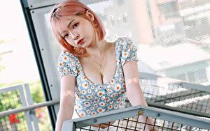 Fotos Asiaten Starren Bluse Dekolleté junge frau