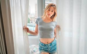 Fotos Asiaten Starren Braune Haare Hand T-Shirt Bauch Shorts