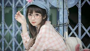 Fotos Asiaten Brille Starren Hand Braunhaarige Baseballmütze Mädchens