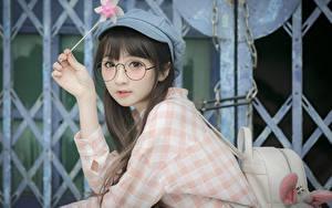 Fotos Asiaten Brille Starren Hand Braunhaarige Baseballmütze