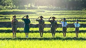 Hintergrundbilder Asiaten Gras Junge Kleine Mädchen Der Hut Flagge Lächeln Uniform Shorts Pfadfinderin kind