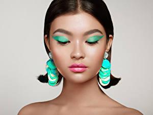 Bilder Asiatische Grauer Hintergrund Schminke Ohrring Mädchens