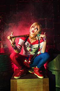 Bakgrunnsbilder Asiatisk Harley Quinn helt Blond jente Sitter Baseballbat Cosplay ung kvinne