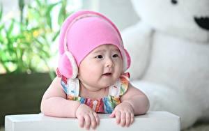 Bilder Asiatische Säugling Bokeh Mütze Kopfhörer Hand Starren Kinder
