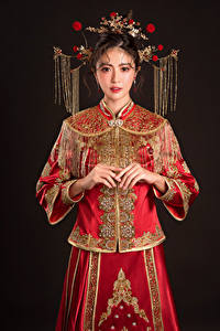 Hintergrundbilder Asiaten Schmuck Kleid Blick Schwarzer Hintergrund junge frau