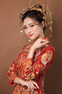 Hintergrundbilder Asiatische Schmuck Kleid Hand Blick Mädchens