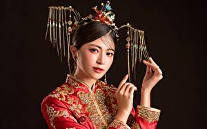 Fotos Asiatische Schmuck Blick Hand Make Up Schwarzer Hintergrund junge frau