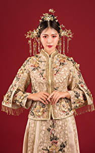 Fotos Asiatisches Schmuck Blick Roter Hintergrund Mädchens
