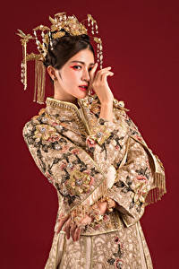 Hintergrundbilder Asiaten Schmuck Hand Blick Roter Hintergrund junge Frauen