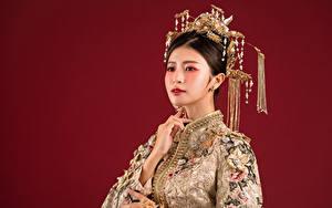 Bureaubladachtergronden Aziaten Sieraden Make up Jurk Kijkt Rode achtergrond Jonge_vrouwen