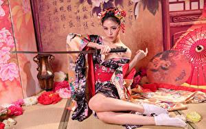 Desktop hintergrundbilder Asiatische Katana Sitzt Kimono Bein junge frau