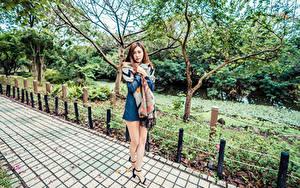 Bilder Asiatische Bein Kleid Starren junge frau