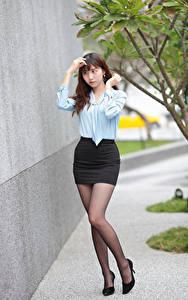 Sfondi desktop Asiatici Le gambe Gonna Blusa giovane donna