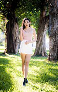 Hintergrundbilder Asiatische Bein Rock Unterhemd Lächeln Blick Unscharfer Hintergrund junge Frauen