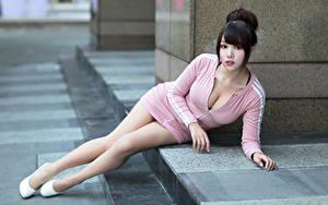 Bilder Asiatische Liegen Kleid Dekolletee Bein Starren Brünette Mädchens