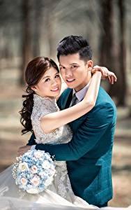 Bilder Asiaten Mann Blumensträuße Paare in der Liebe 2 Umarmt Starren Bräute Bräutigam junge frau