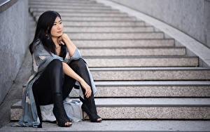 Fotos Asiatisches Stiege Brünette Sitzt Hand Bein High Heels Midoh Mikado junge frau