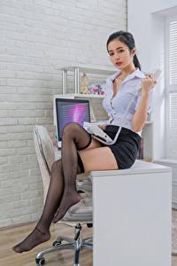 Fotos Asiatisches Büro Sekretärinen Tisch Sitzen Telefon Bein Rock Bluse Long Socken junge frau