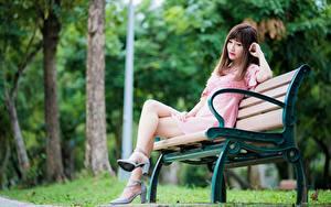Desktop hintergrundbilder Asiaten Parks Braunhaarige Bank (Möbel) Sitzend Bein High Heels Mädchens
